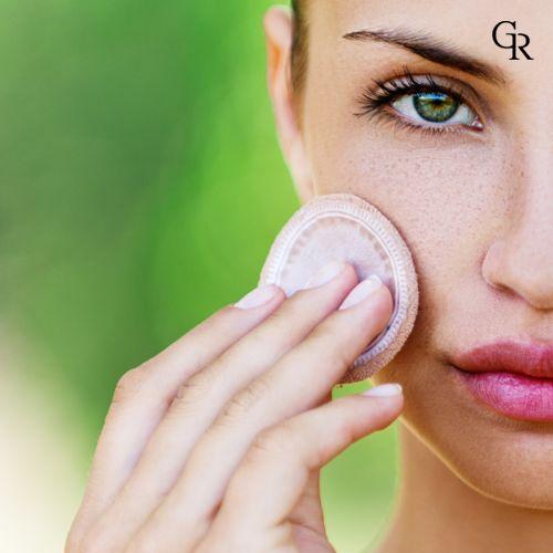 Makyaj süngerini ıslatıp sıkın. Suyun etkisi fondötenin daha ince sürülmesini ve daha düzgün yayılmasını sağlar.