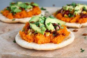 We beginnen 2018 gelijk met een heerlijk recept. Deze pita's met geroosterde pompoen, bonen en avocado zijn namelijk om te smullen! Daarnaast zijn ze heel voedzaam, wat natuurlijk mooi meegenomen is i