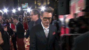 Y sólo él puede quitarse las gafas y verse así