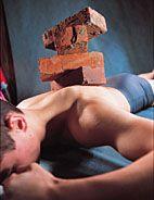 В то же время движение — лучшее терапевтическое средство, предупреждающих боли в спине. Регулярная нагрузка помогает создать мощный мышечный корсет, который фиксирует, «натягивает» позвоночник и разгружает его. Самыми важными здесь являются: трапециевидная и широчайшие мышцы спины, разгибатели и сгибатели спины, косые мышцы спины, мышцы затылка, задние мышцы шеи и брюшные мышцы.  Тем не менее, если у тебя побаливает спина (неважно, между лопаток или в области поясницы)