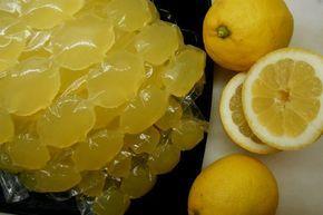 Τώρα, που τα λεμόνια είναι σε αφθονία και σύντομα θα πλησιάζει το τέλος των ζουμερών κίτρινων καρπών με το υπέροχα λεπτό τους άρωμα, μπορείτε να κάνετε παγάκια από τον χυμό τους.
