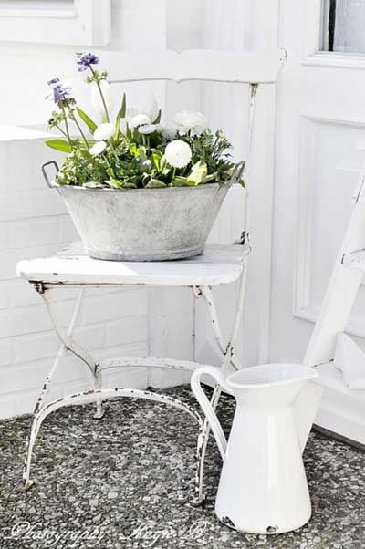 La primavera en cualquier rincón. Silla despintada y lavador con flores