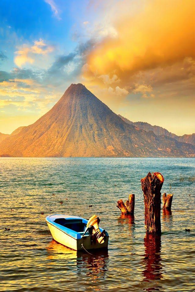 Lago Atitlán perto do Vulcão São Pedro, na Guatemala.