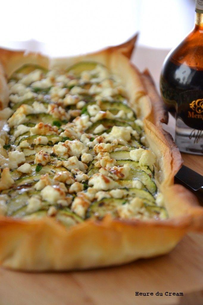 Pour changer de l'habituelle tarte feta courgettes, je troque la pâte brisée contre des feuilles de pâte filo croustillantes et l'appareil crème-oeufs-lait