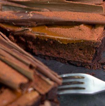 Jakie są zastosowania czekoladowego musu? Mus czekoladowy ma wiele zastosowań w cukiernictwie. Możemy wykonywać z niego desery w szkle, tworzyć kompozycje z innymi produktami i surowcami, może też po prostu zaistnieć sam – jako deser na talerzu.  Mus czekoladowy doskonale sprawdza się jako warstwa w torcie lub innych ciastkach deserowych. Warto łączyć go z owocami, bakaliami i alkoholami, by uzyskać ciekawszy smak. #czekolada #mus #deser #inspiration #inspiracja #porada #chocolate