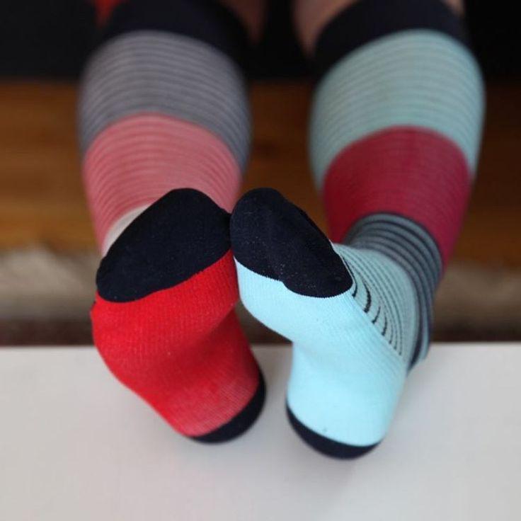 Gestreepte steunkousen met een lichte compressie: voorkomen vermoeide en pijnlijke benen. Butik21.nl | €14,90