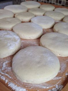 Batbout Farcis : Pour la pâte: 250g de farine 100g de semoule de blé fine 1 sachet de levure boulangère 250 ml environ d'eau tiède 1/2 cuillère à café de sel 50 grammes de fromage râpé 1 boîte de thon à l'huile 3 œufs durs râpés ou coupés en rondelles 80 grammes d'olives...
