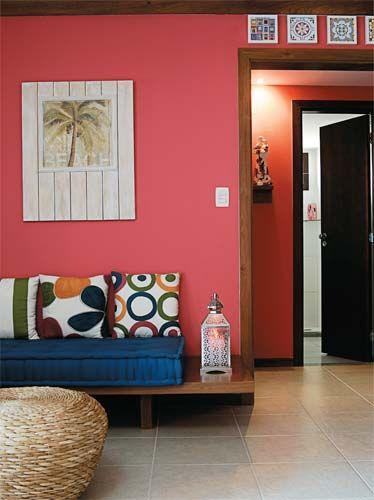 Pranchão em L: sobre a prancha maior (2,67 x 0,80 m) fica o futon. A menor (1,86 x 0,63 m)– serve de mesinha lateral. Marcenaria da Vila, 2 x R$ 690. A tapeçaria é da Damião. O futon custa R$ 1500 e as almofadas R$ 50 cada.