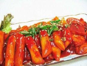 Resep Masakan: Tteokbokki   Tteokbokki merupakan salah satu jajanan khas Korea. Tteokbokki bisa dikatakan sebagai kue yang di campurkan dengan saus.Bagi SIS yang suka makanan pedas manis, Tteokbokki dapat dijadikan pilihan makanan baru untuk disantap.