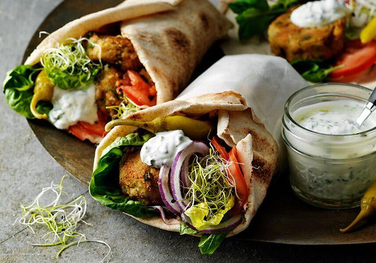 Mellanösterns populäraste bulle har fått en nordisk kusin gjord på gula ärter. Lägg i pitabröd tillsammans med grönsaker, myntadressing och smulad fetaost.