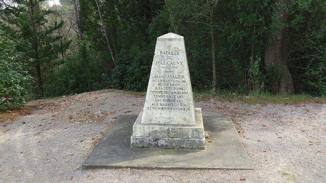 La stèle commémorative de la bataille du Mas Cauvy, entre les Camisard menés par Jean Cavalier et les dragons du roi, le 24 décembre 1702