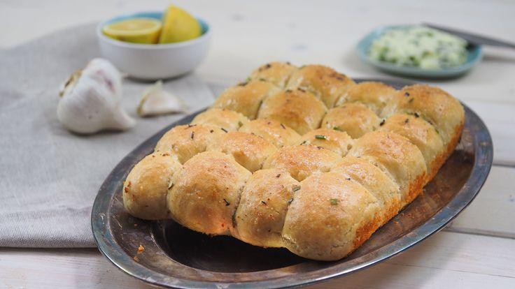 Trhací cesnakový chlebík chutí vynikajúco, hriech nevyskúšať. Pripraviť ho hravo zvládne aj začiatočník.