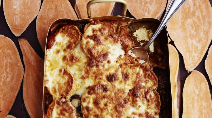 Tässä lasagnessa pasta korvataan bataatilla. Voit tehdä bataattilasagnen kastikkeen myös lihattomana, esimerkiksi härkiksestä, nyhtökaurasta, härkäpapurouheesta tai soijarouheesta.