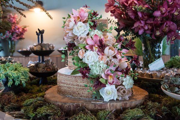 Bolo de rolo com três andares e flores de açúcar feito pela Piece of Cake
