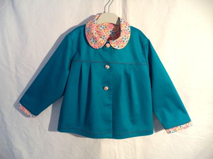 Veste fillette taille 6 ans, couleur bleu canard, col Claudine , empiècements avec plis ,doublage en tissu liberty
