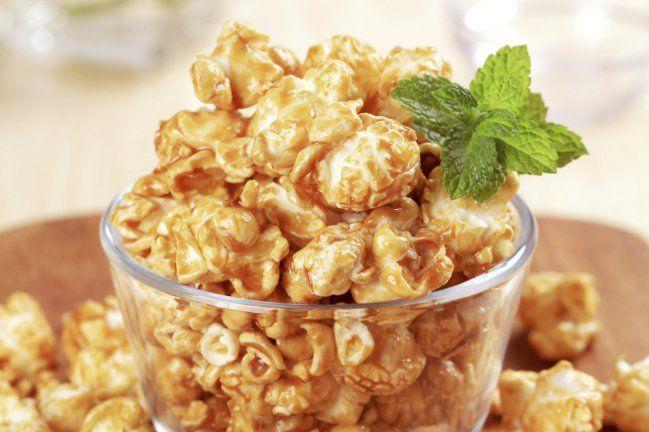Las palomitas de maíz con maní y caramelo son perfectas para disfrutar en un rato de esparcimiento con amigos y familiares. Su fácil elaboración las convierten en una de las preparaciones más rápidas que puedas realizar.Regularmente realizo esta preparación acompañándola con una bebida refrescante para equilib