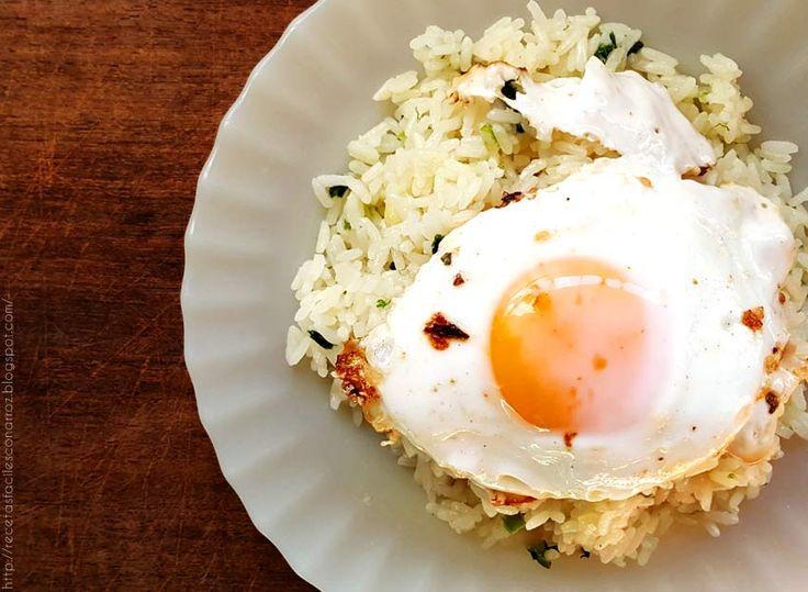 Veggie fried rice with edd / Full recipe on my blog! Receta fácil y sencilla para preparar arroz blanco con huevo frito y cebolla