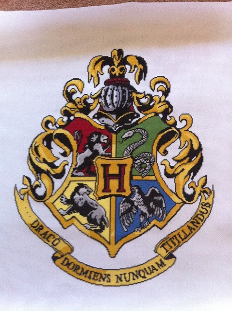 day 98 hogwarts crest harry potter pinterest hama. Black Bedroom Furniture Sets. Home Design Ideas