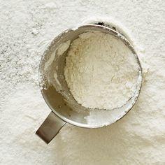 Det är lätt som en plätt att blanda egen glutenfri mjölmix. Du gör den med majsmjöl, havremjöl, rismjöl och potatismjöl. Förvara den glutenfria mjölmixen i en lufttät burk. Använd sedan mjölmixen till bröd, kakor, pannkakor, pajdeg med mera.