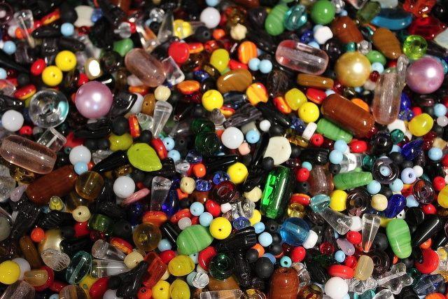 skleněné korálky k navlekání - směs barev a tvarů 1 kg = cca 0,6 l
