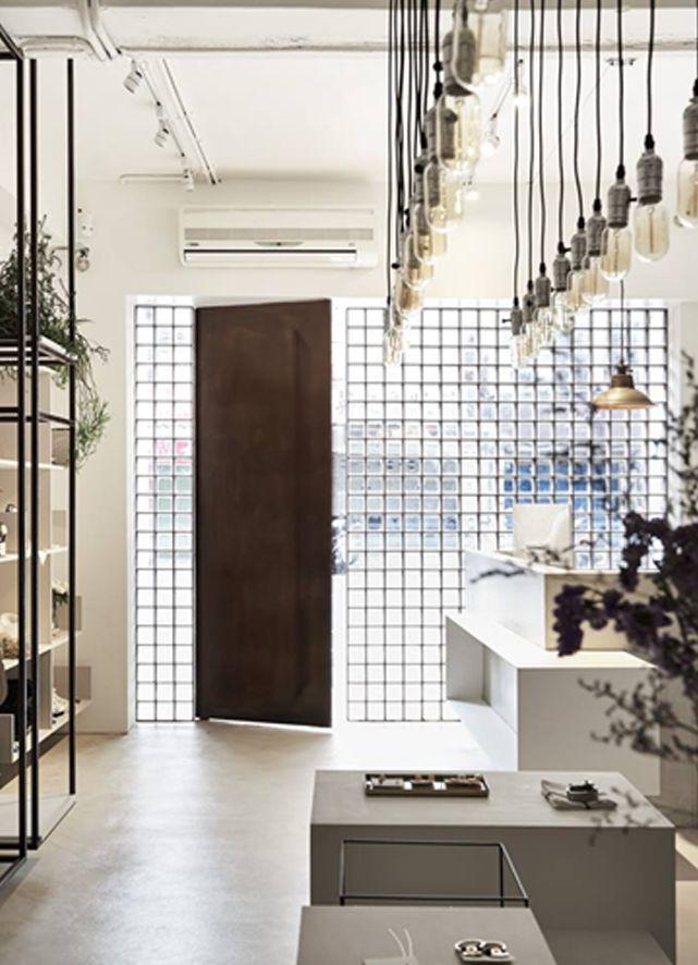 Preciosa fachada e interesante interior para a Fad  por Fungo design .                Fungo design .