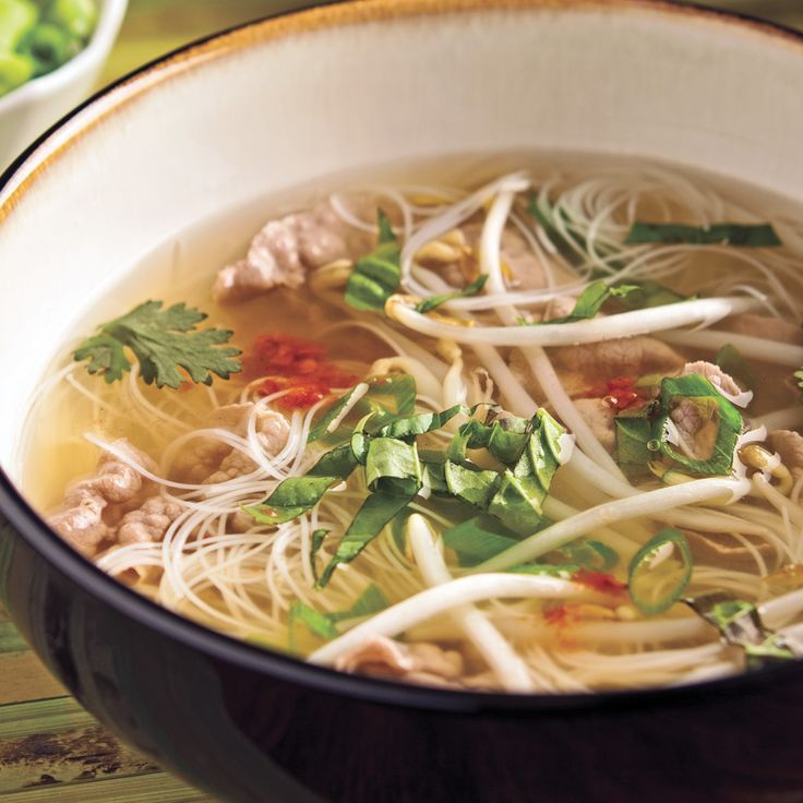 En quête d'un mets santé facile à préparer et qui fait changement? Essayez cette soupe-repas complète à saveur asiatique qui nourrira votre estomac sans faire grimper les calories. Pâtes, viande et garnitures baignent ici dans un bouillon parfumé d'épices et d'herbes fraîches… pour appâter palais et narines.