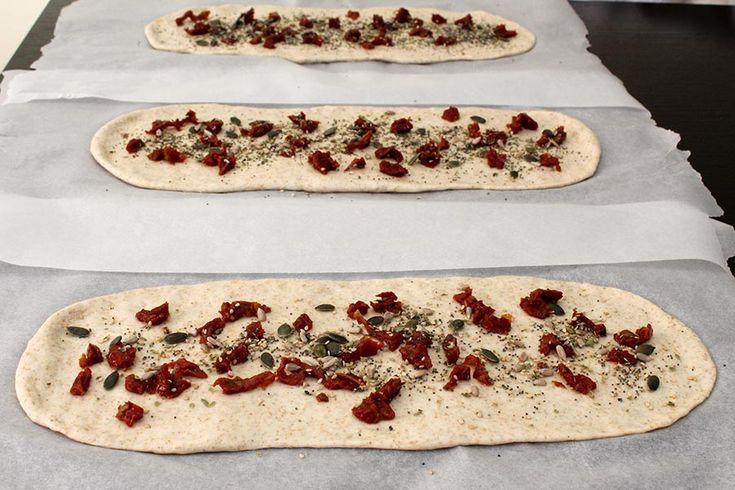 La Treccia Rustica con semi e pomodori secchi, è una treccia di pane soffice e gustosa, preparata con farina manitoba e farina semintegrale.