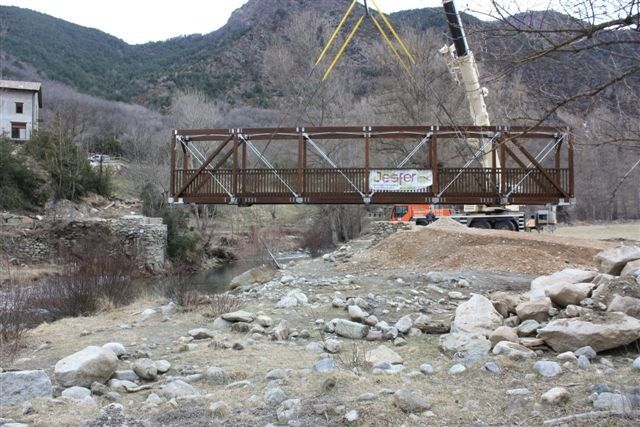 Montaje de la pasarela de madera en Ginaste (Huesca) #arquitectura #obras