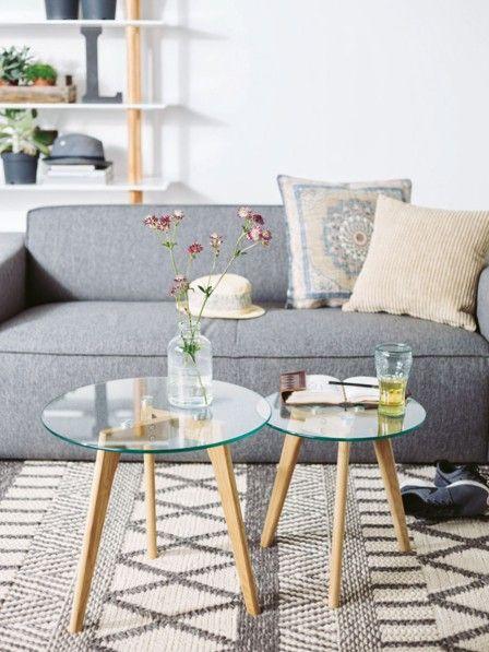 Ein Couchtisch kommt nicht mehr allein, sondern gruppiert sich jetzt zu mehreren ums Sofa. Der Vorteil: Die Tischchen sind flexibel einsetzbar.