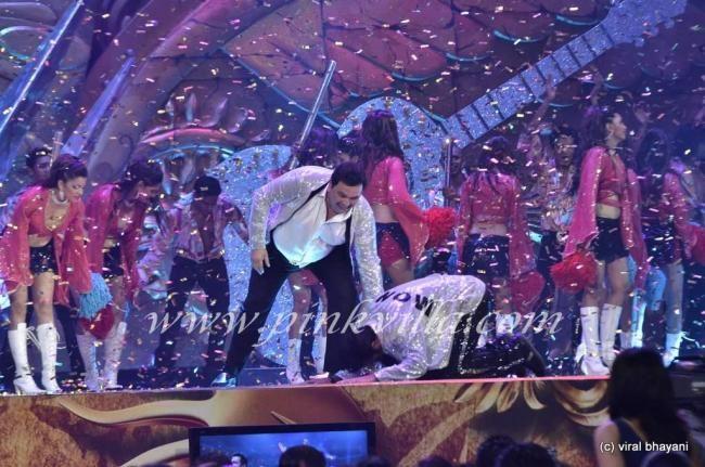 Rishi Kapoor & Ranbir Kapoor perform at IIFA Awards 2012 | PINKVILLA