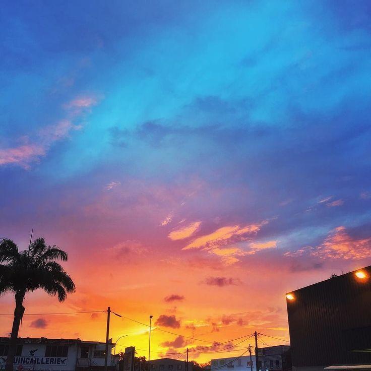 """#Madinina vue par @lesjolismomentsperso: """"Un ciel de malade ce soir après une journée toute grise côté météo   #frenchwestindies #madinina #martinique #sunset #ig_sunset #beautifulsunset #ig_martinique #discovermartinique #amazingsunset #antilles"""" #WeLike ! A voir sur Instagram : http://ift.tt/1SXHTpz"""