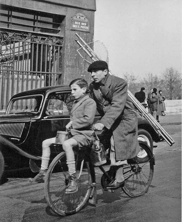 """Le vélo des 2 ponts"" Paris 1953 Robert Doisneau"
