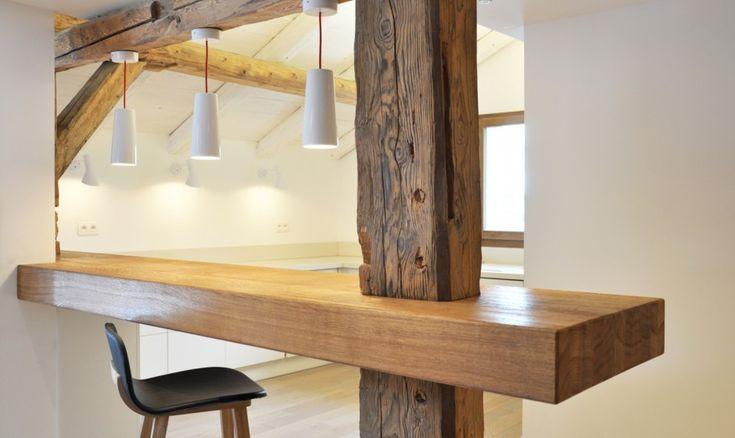 Alte Balken gemischt mit neuem Holzdesign in der offenen Küche