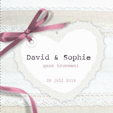 Leuk romantisch trouwkaartje met kant, groot kanten hart met roze strikje, ontworpen in vintage stijl, in de kleuren wit, beige