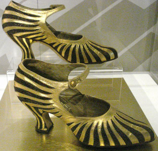 Starburst shoe made by Th. J. de Bont  Dutch, 1922-1925. Gold strips for flappers by in pastel.