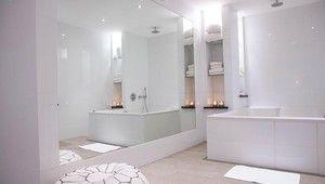 White & Bright Suite van der Valk Hotel Tiel Luxueuze, trendy ingerichte suite in sfeervol wit. Een kingsize bed, mooie witte zit, koffie- en theefaciliteiten, gevulde minibar, strijkgelegenheid, luxe badkamer met een groot bubbelbad (douche in bad), telefoon, flatscreen televisie, haardroger en kluisje. De kamer beschikt niet over airconditioning. Er is gratis WIFI.
