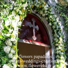 στολισμός εξωτερικης εισόδου εκκλησίας με γιρλάντα απο τριαντάφυλλα και λευκές κάλλες! Ανθοπωλεία Παπαδάκης Π.Φαληρο 2109426971