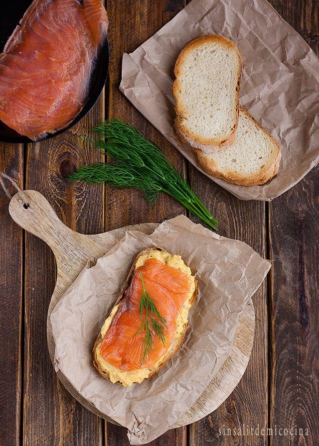 SIN SALIR DE MI COCINA: Tosta de huevo revuelto al eneldo con salmón ahumado {Con un par}