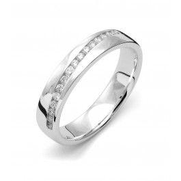 Ståtlig förlovningsring/vigselring i 18k vitguld från Flemming Uziel i serien Stella Signo. Ringen har 16 stycken diamanter infattade på totalt 0,15ct Wesselton SI. Ringen är 4,0mm bred och 1,8mm hög. Välj Colorful Love, en 0,01ct färgad diamant som infattas tillsammans med ringarna inskription (på insidan).