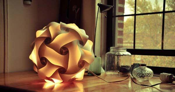 DIY nápad s návodom na štýlové svietidlo z papiera, ktoré si jednoducho vyrobíte, teda poskladáte sami, vlastnými rukami. Kreatívne tienidlo, lampa, luster