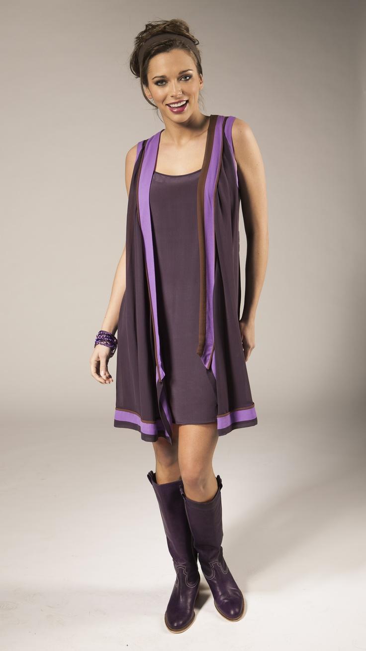 Robe courte sans manche en voile mauve. Exemplaire unique. Bottes mauves en cuir. Talon 5 cm.   Korte, mouwloze jurk in paarse voile. Een uniek exemplaar. Paarse lederen laarzen. Hak van 5 cm.   Sort purple dress, leather boots