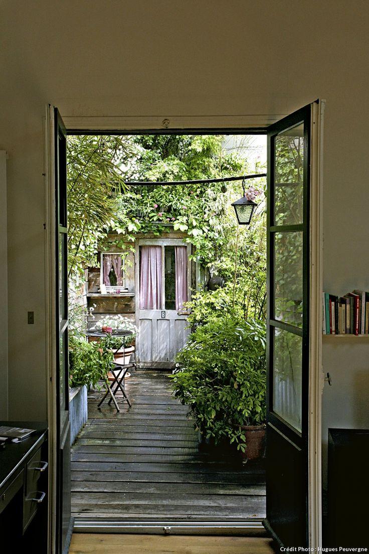 Comment donner du charme à une terrasse qui donne sur un mur borgne. La solution avec le paysagiste Hugues Peuvergne.