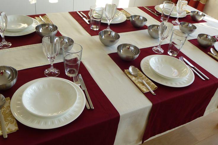 Diese exklusive Tischdeckenkombination aus einer Grunddecke mit 3 durchgezogenen Läufern in naturweiß/bordeaux schenkt Ihrem Tisch eine außergewöhnliche Note. Die Deckengröße und die Anzahl der Läufer kann dabei individuell auf Ihren Tisch bzw. die Anzahl der Personen angepasst werden. Auch bei der Farbgestaltung haben Sie eine große Auswahl.