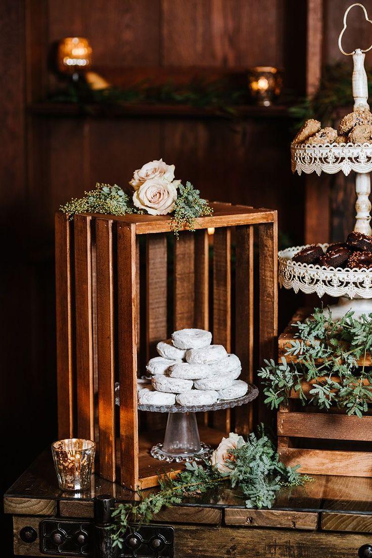 Rustikales Winterdekor-Dessert-Display – Donuts mit Holzkisten, viel Grün, Gold …   – Winter Weddings