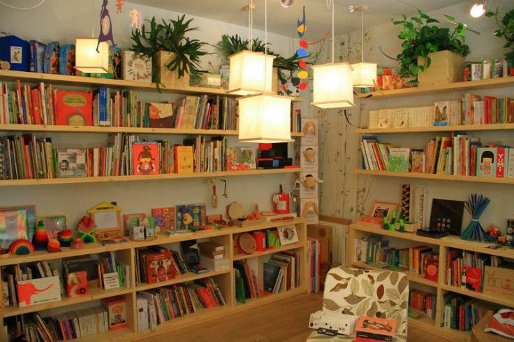 """MADORI ha disegnato la nostra bellissima libreria nel cuore di Carpi. L'idea che sta alla base del """"concept"""" è quella di uno sposalizio tra natura e architettura che renda la libreria un giardino, dove immergersi nella lettura significhi anche ritrovare un legame con l'ambiente."""