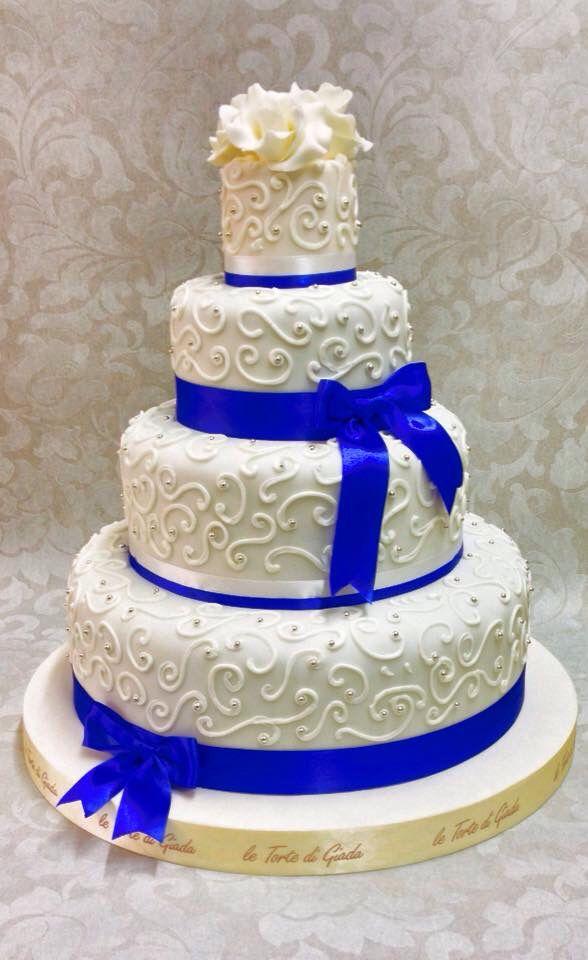Wedding Cake arabescata con inserti blu , farcitura con crema a pasticcera , fragoline di bosco e cioccolato al latte , www.tortedigiada.com