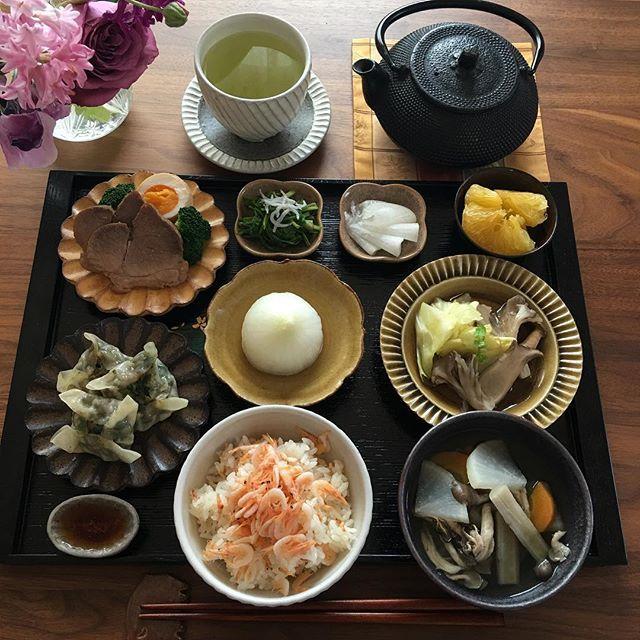 2017.3.28(火) 日曜日の留守番家族用のご飯です。 皆さんから土曜日にいってらっしゃい♫ とたくさん声をかけていただいたので 載せなかったのですが、今朝の簡単ご飯 よりこちらの方が良いので… 又今日から常備菜作ります(*^^*) . 雪混じりの昨日より随分と暖かいようですね。 今日も一日頑張りましょう♫ . ⁂ 桜海老ご飯 ⁂ 野菜のスープ ⁂ ニラ饅頭 ⁂ 新玉ねぎのスープ煮 ⁂ キャベツときのこの煮浸し ⁂ チャーシュー ⁂ せりのおひたし ⁂ 大根の甘酢 ⁂ 甘夏 . . #お家ご飯 #おうちごはん #おうちご飯 #朝ごはん#あさごはん #家庭料理 #献立#ワンプレートごはん #朝食#作り置き #豊かな食卓 #春の食卓はじめました #うつわ#器#ruhru春のおうちごはんコンテスト #桜海老ごはん #クッキングラム #breakfast #instafood #foodlover #fooddiary #foodphoto #foodstagram #料理写真#料理日記 #foodlover