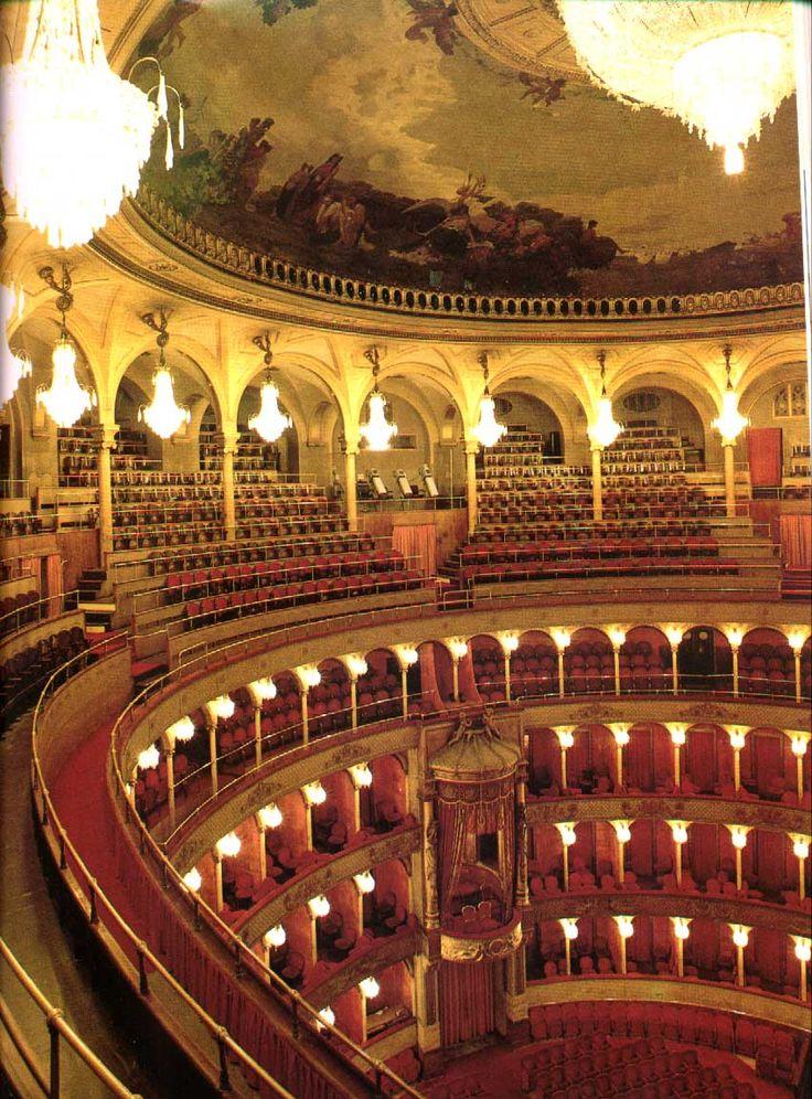 Adoro andare all'Opera , mi affascina molto ,una delle cose di maggior pregio che mi rende orgogliosa di essere italiana.