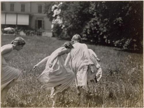 Frédéric Boissonnas ~Scène de danse rythmique à l'Institut Jacques Dalcroze : 3 filles dansant dans un jardin,1913 via Réunion ...