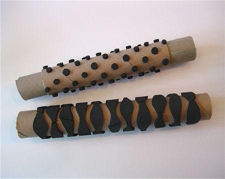 DIY: tampon réalisé à partir d'un rouleau d'essuie-tout sur lequel sont collés des motifs prédécoupés dans du carton.